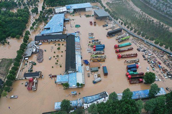 2020年7月7日安徽省黃山市歙縣陷在洪水中的景象。(STR/AFP via Getty Images)