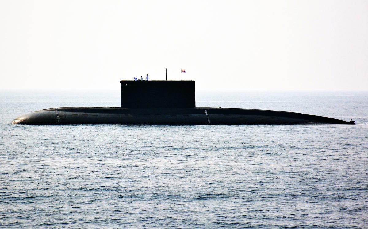 巴基斯坦指控印度潛艇於3月4日試圖入侵其海域。圖為2016年2月6日,印度一艘潛艇出現在該國東部海域。(STR/AFP/Getty Images)