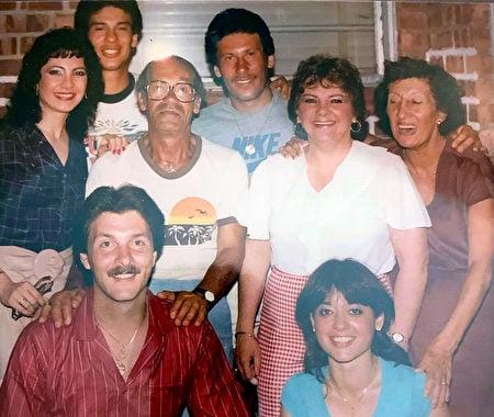 約瑟夫·塞達卡和家人在紐約皇后區的家中,照片拍攝於80年代中期:上排,從左到右,珍妮絲,約瑟夫的兒子大衛·約瑟夫,兒子阿爾伯特,珍妮絲的媽媽艾達(莎拉的妹妹),約瑟夫的太太莎拉;(下左)珍妮絲的先生艾德;(下右)大衛當時的太太艾薇特。(珍妮絲·克拉夫提供)