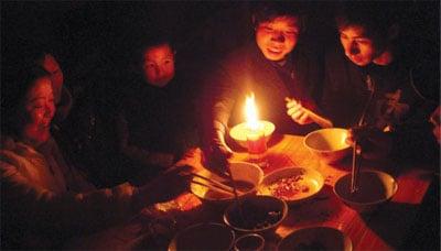 限電不定期無計劃 東北地區民眾搶購蠟燭