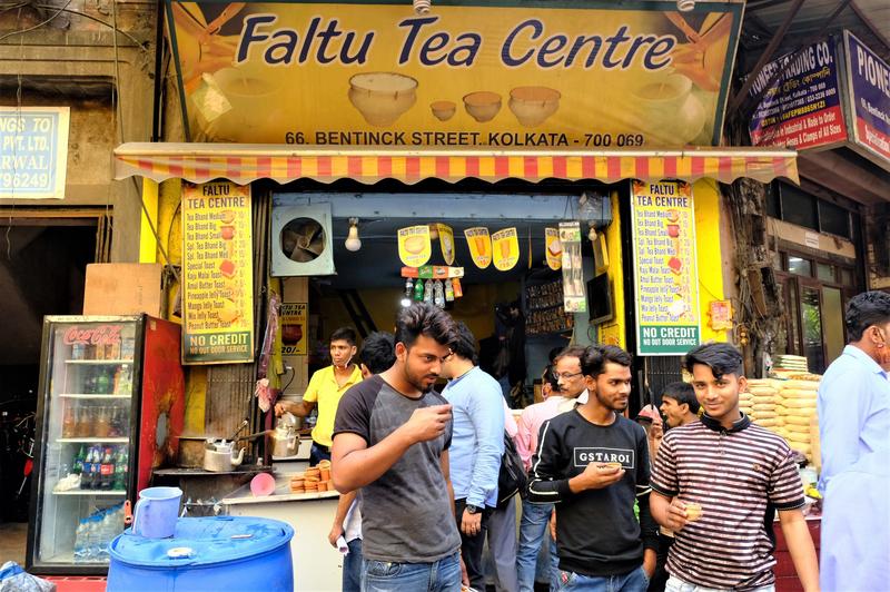 印度民眾喜愛喝茶,經常在各大城市街頭,看到賣奶茶店外,聚集一些印度人喝上一小杯香料奶茶,有時更會配上街頭小吃,享受短暫的悠閒時光。(中央社)