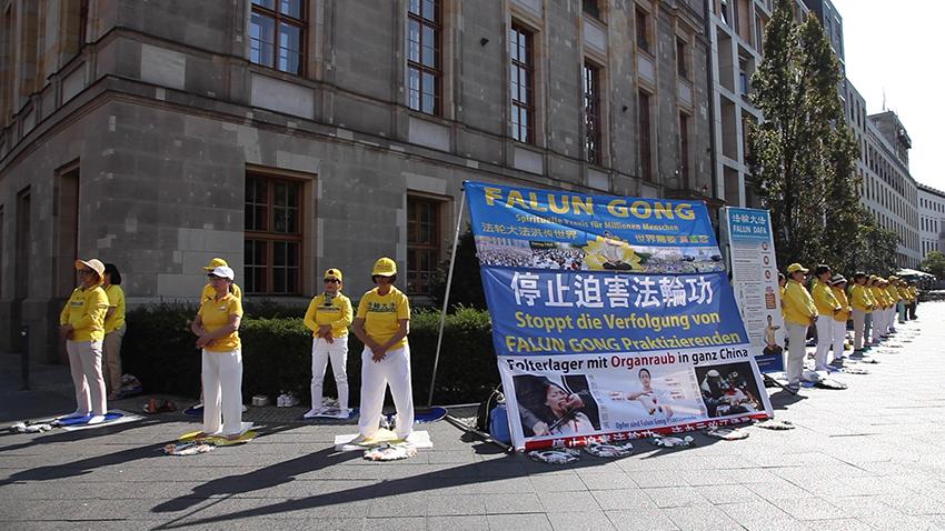 9月14日,部份法輪功學員在德國柏林國會大廈前舉行活動,抗議中共殘酷迫害法輪功學員的罪行。(周仁/大紀元)