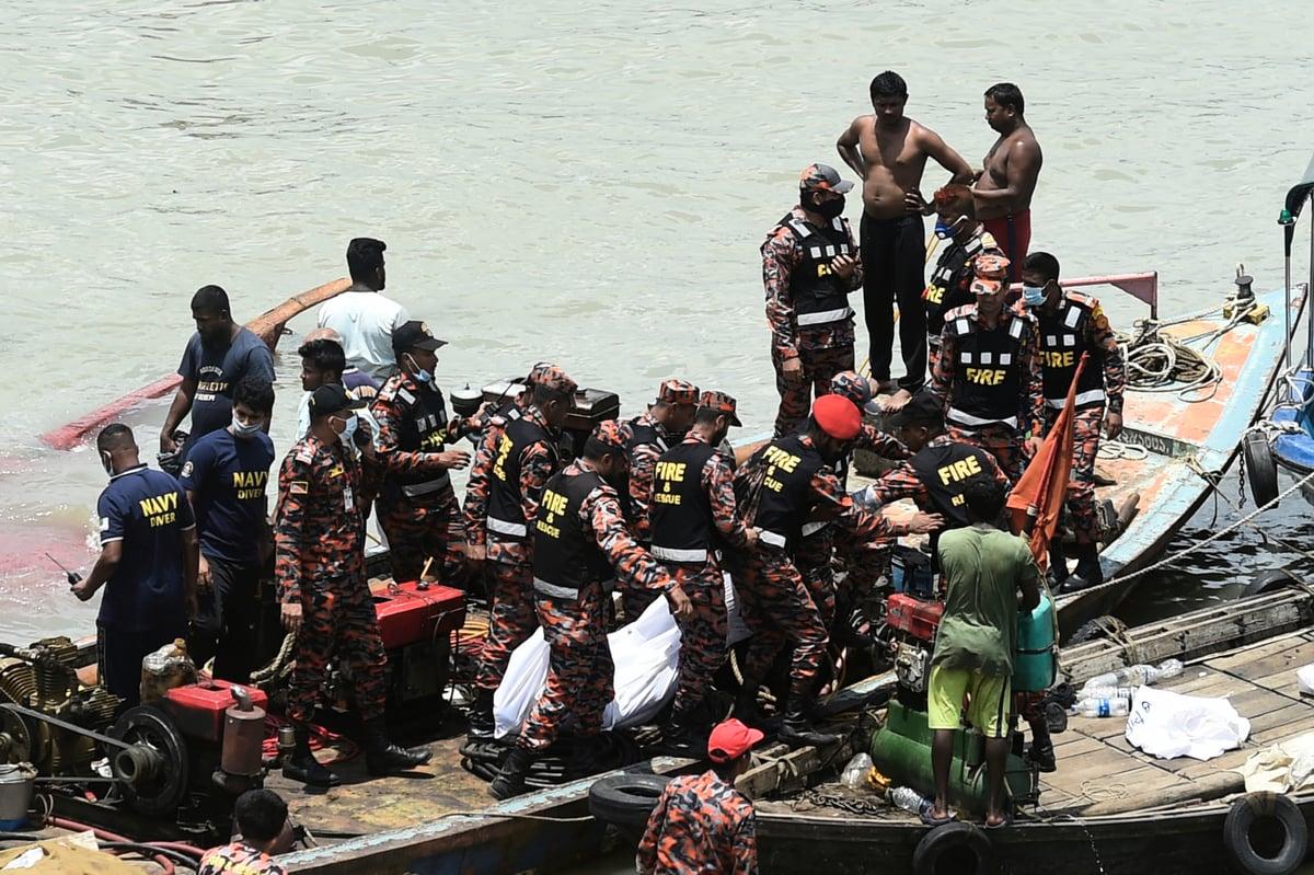 孟加拉2021年4月4日傍晚,一艘載有約50名乘客的渡輪與貨船發生相撞事故沉沒。當局表示,這場悲劇至少導致5人死亡,還有更多的人失蹤。圖為2020年6月30日另一起渡輪事故中,救援人員在搜尋遇難者。(MUNIR UZ ZAMAN/AFP via Getty Images)