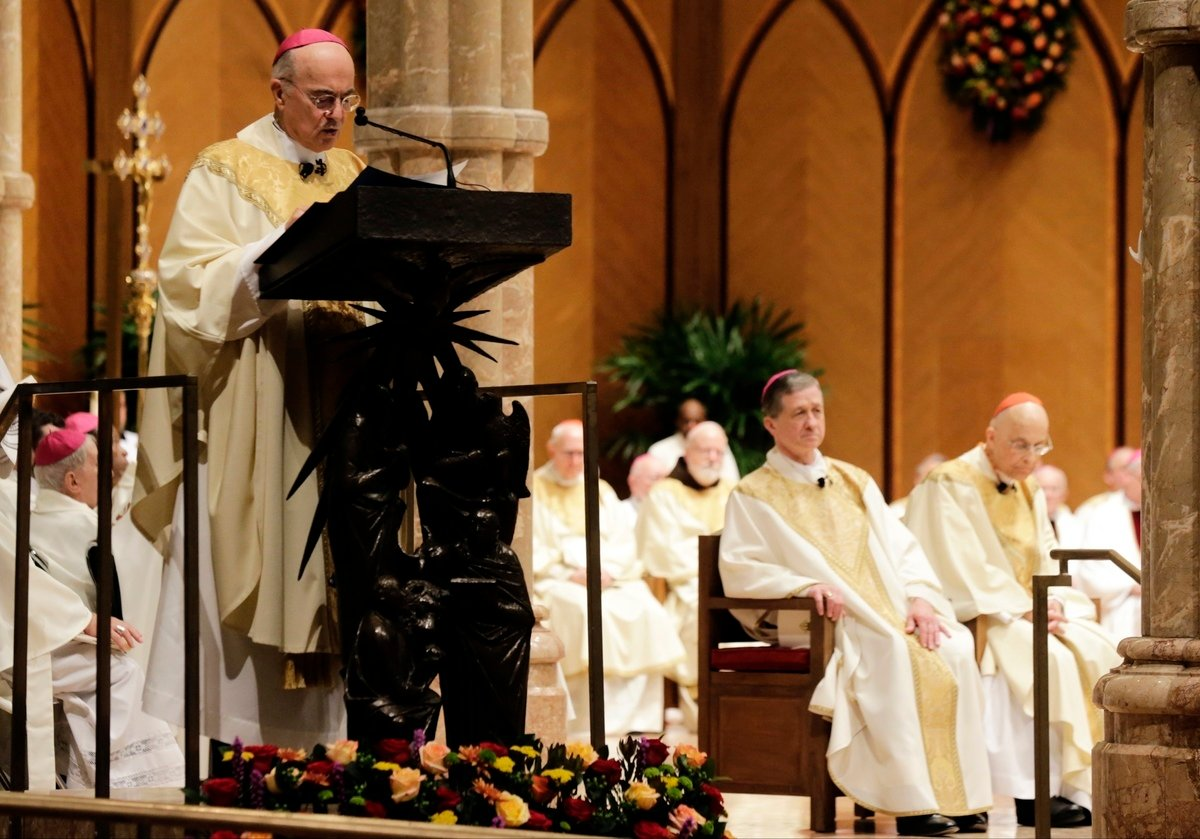 圖為 2014年11月18日,天主教前任駐美國大主教卡洛·瑪麗亞·維格諾(Carlo Maria Vigano)在芝加哥聖名大教堂(Holy Name Cathedral)宣讀使徒授權。(Photo by Charles Rex Arbogast-Pool/Getty Images)