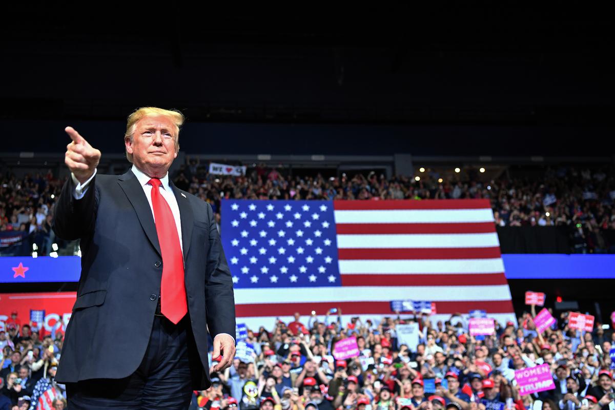 美國總統特朗普周四(3月28日)晚間在密歇根州參加「通俄門」調查結束後的首場公開集會活動,現場容納不下熱情選民,很多人在場外看直播螢幕。(Nicholas Kamm / AFP)