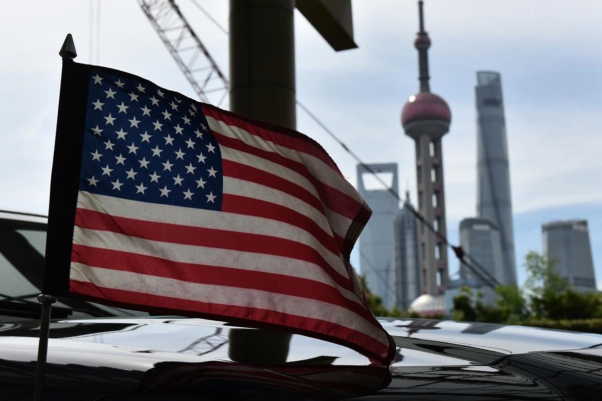 特朗普總統已經提出可以對中國商品加徵新關稅,除關稅外,美國還有更多方法施壓中共擔責。圖為美國駐上海領事館車子上的美國國旗。(Photo credit should read GREG BAKER/AFP/Getty Images)