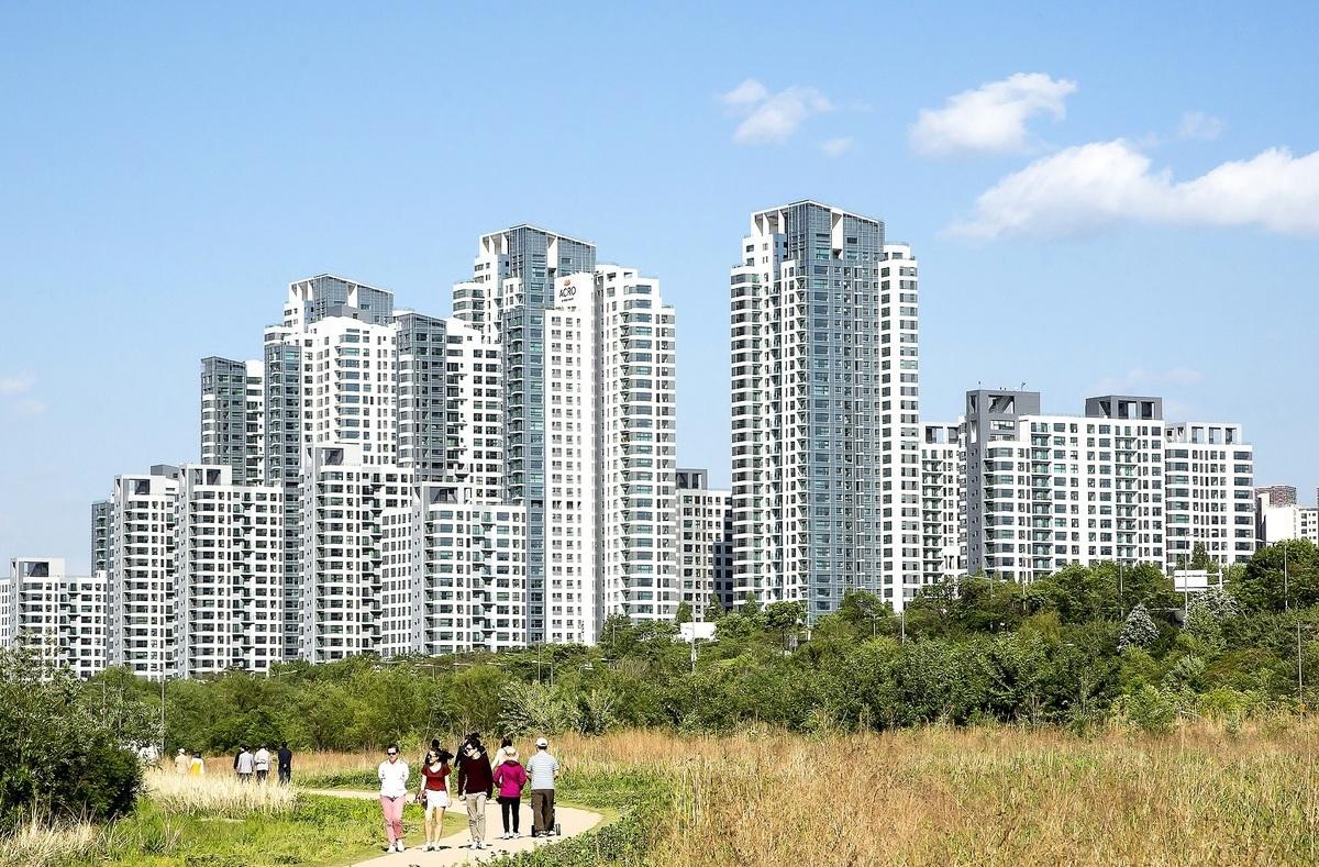 在南韓購買房地產的外國人數量逐年增加,其中中國人佔比連續9年居首。圖為首爾漢江邊公寓樓。(李裕貞/大紀元)