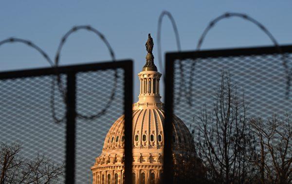 1月19日,美國國會佈滿了國民警衛隊士兵。,國會被鐵絲網圍住。(ANGELA WEISS/AFP via Getty Images)