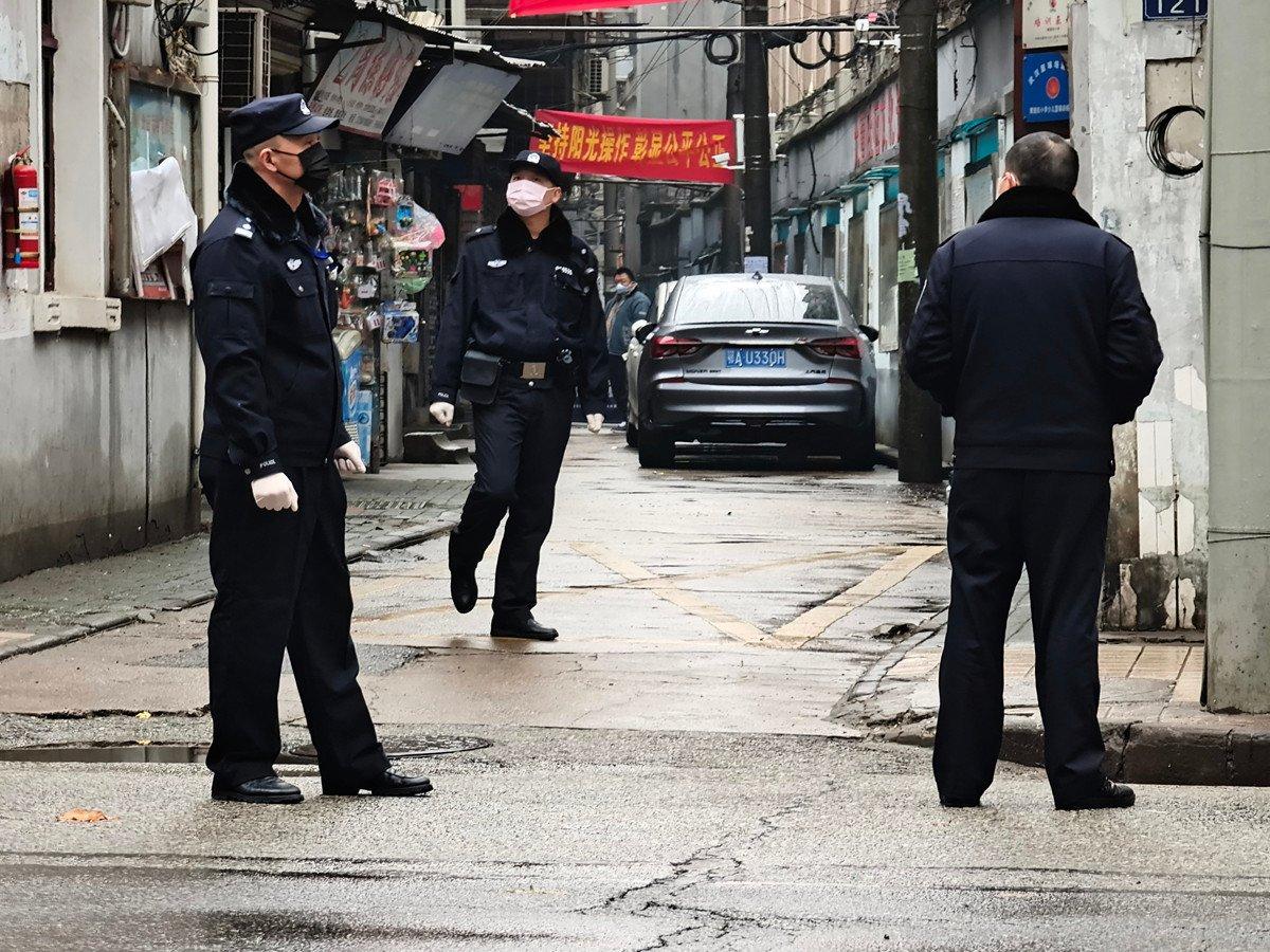 圖為1月22日武漢警察在街道巡邏。(Getty Images)