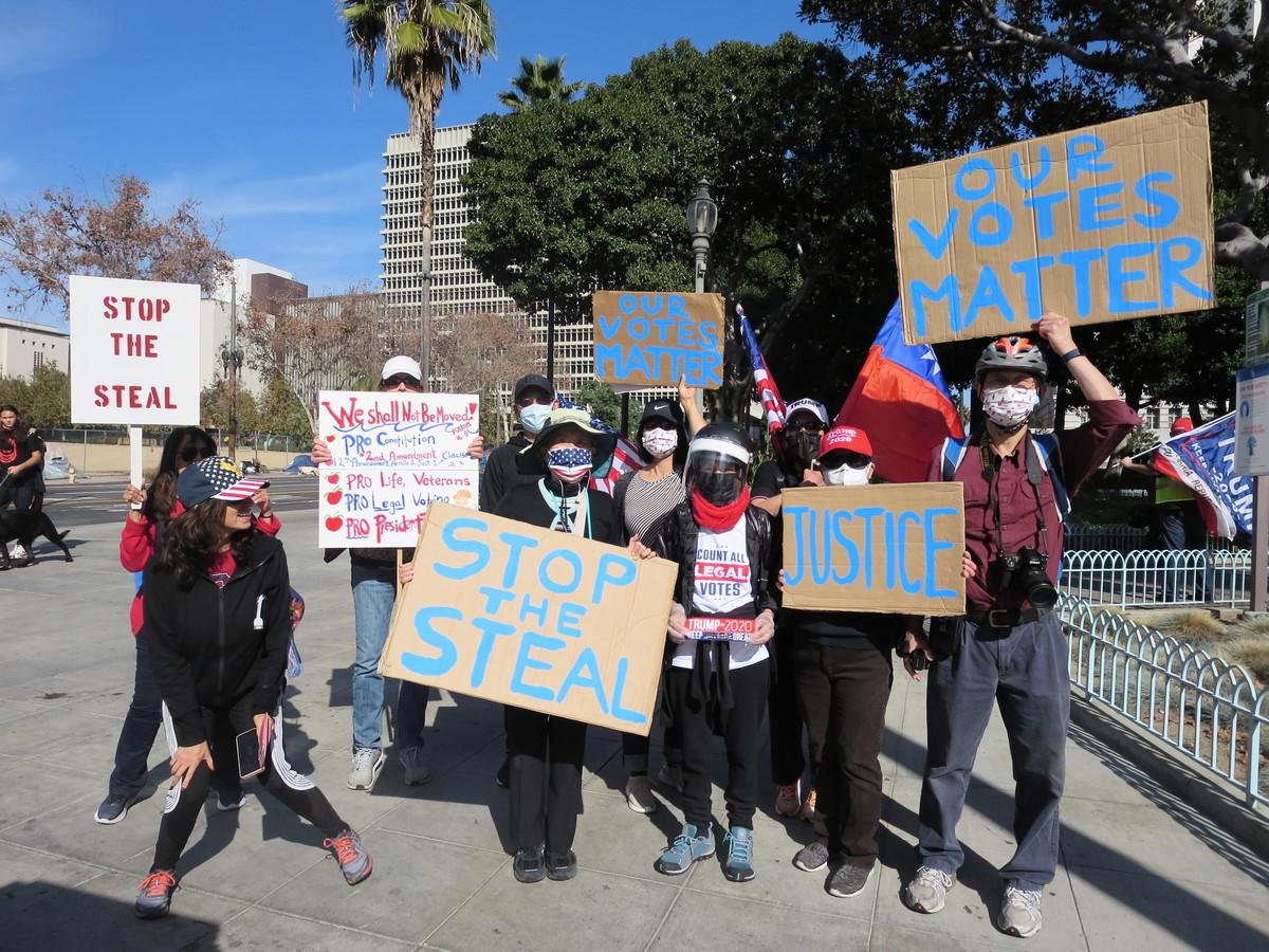 圖為1月6日,洛杉磯市府大樓前舉辦挺特和停止偷竊選票集會。(李梅/大紀元)