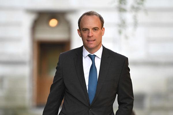 7月1日英國外交大臣藍韜文(Dominic Raab)表示,英國將授予持有BNO的港人五年居留許可。按照當前的英國移民法,持有五年居留之後就可逐步申請入籍。(DANIEL LEAL-OLIVAS/AFP via Getty Images)