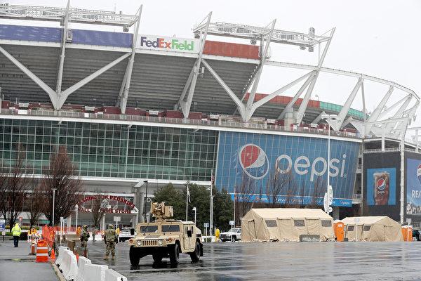 馬利蘭國民警衛隊在喬治王子郡的一個體育場外搭建醫療帳篷,拍攝於3月23日。(Chip Somodevilla/Getty Images)
