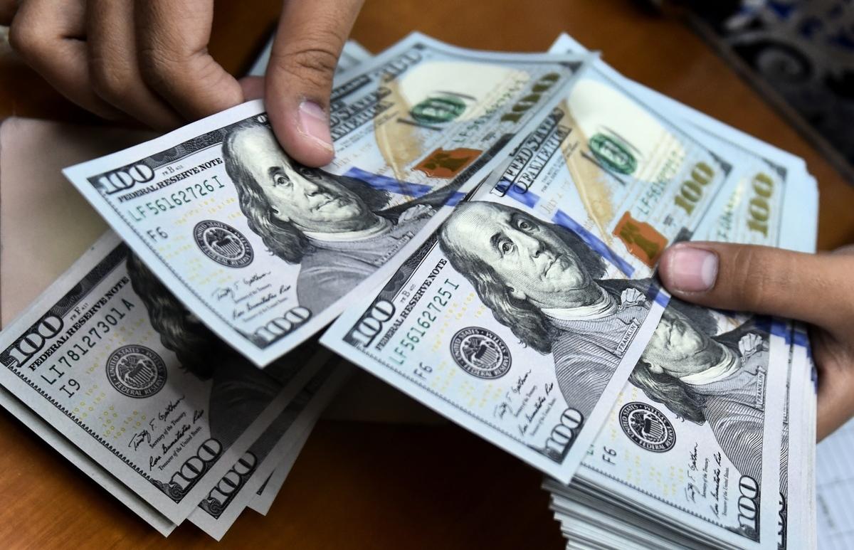 在美東時間8月6日貨幣市場,美元相對其它主要貨幣升值,美元指數上漲到過去兩周的最高水平。(BAY ISMOYO/AFP via Getty Images)
