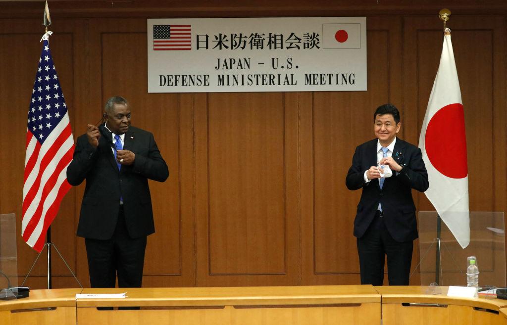 圖為日本防衛大臣岸信夫(右)2021年3月16日在東京防衛省與美國國防部長奧斯汀(左)舉行雙邊會談。(Photo by ISSEI KATO/POOL/AFP via Getty Images)