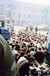 1999年4月21日,法輪功學員去天津教育學院和平反映情況。沒想到天津公安局竟毆打學員,並於23日開始驅逐與抓人。(明慧網)