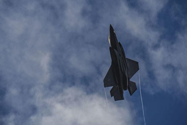 2020年8月7日,美國空軍的一家F-35A閃電II戰機在阿拉斯加的艾爾森空軍基地上空急速爬升。(美國空軍)