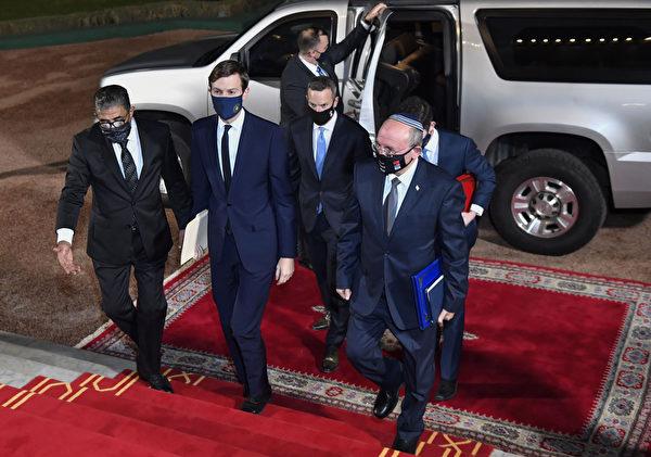 2020年12月22日,美國總統顧問賈裏德·庫什納(Jared Kushner中)和以色列國家安全顧問梅爾·本·沙巴特(Meir Ben Shabbat,右)乘坐首架以色列-摩洛哥直航商業航班抵達摩洛哥首都拉巴特王宮,代表著美國促成猶太國家與阿拉伯國家之間外交正常化協議的最新進展。(FADEL SENNA/AFP via Getty Images)