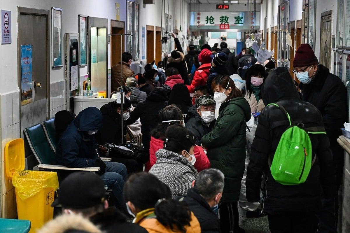 2020年1月武漢醫院人滿為患,病人家屬透露,打針平均排12小時,有些病人等不到就死了。(HECTOR RETAMAL/AFP via Getty Images)