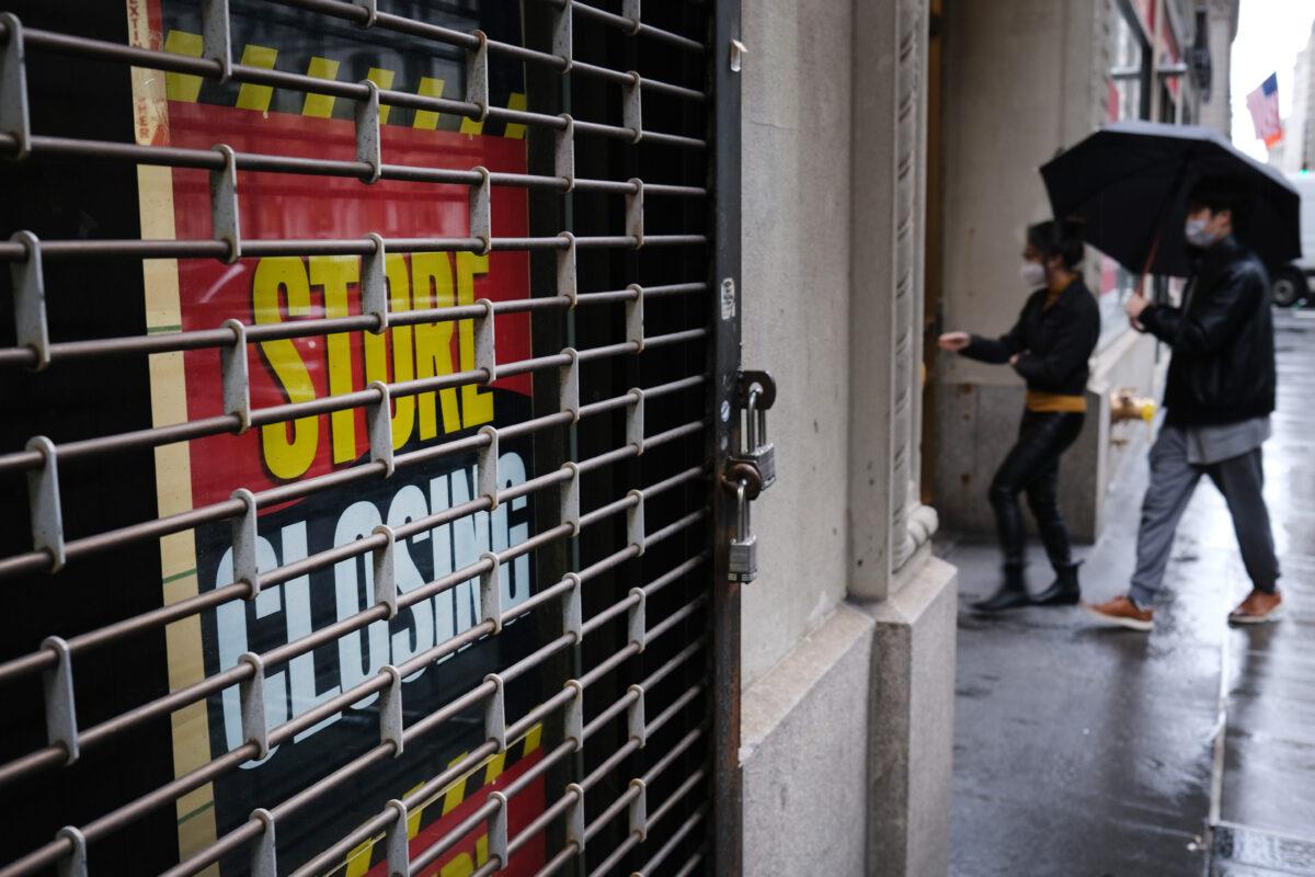 由於中共病毒疫情使紐約市的金融市場和企業大多在2020年5月8日關閉,圖為華爾街附近關閉的商店。(Spencer Platt/Getty Images)