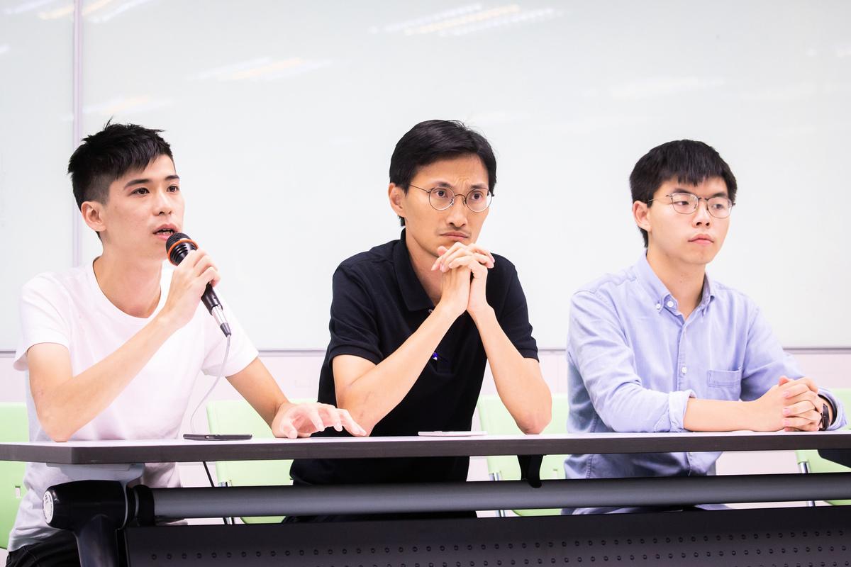 香港眾志秘書長黃之鋒(右)、立法會議員朱凱迪(中)、學聯前副秘書長岑敖暉(左)9月3日拜訪民進黨中央黨部,就香港目前狀況與台灣各界說明並交換意見。(陳柏州/大紀元)