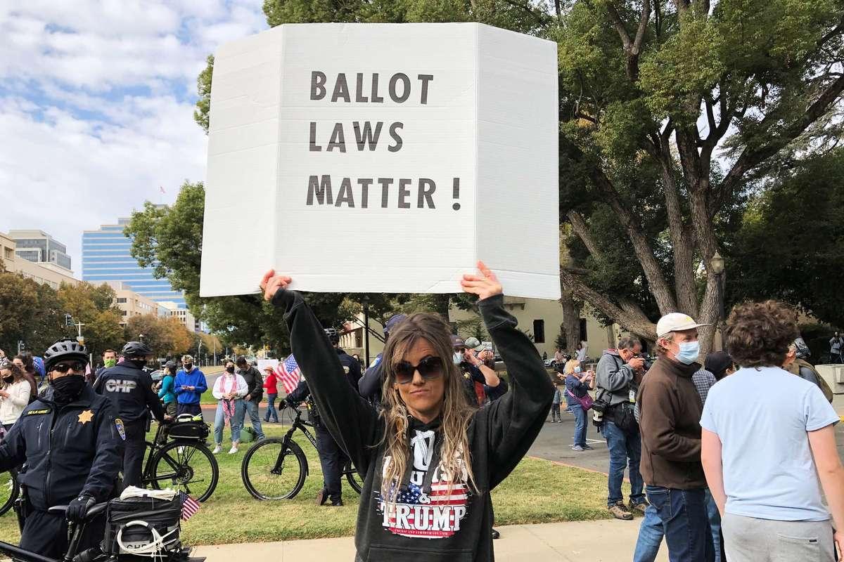 2020年11月7日,數百名來自各地的民眾在加州首府沙加緬度集會,抗議並譴責民主黨大選舞弊。(陳雨霄/大紀元)