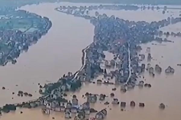 被洪水淹沒的鄱陽鎮(影片截圖)