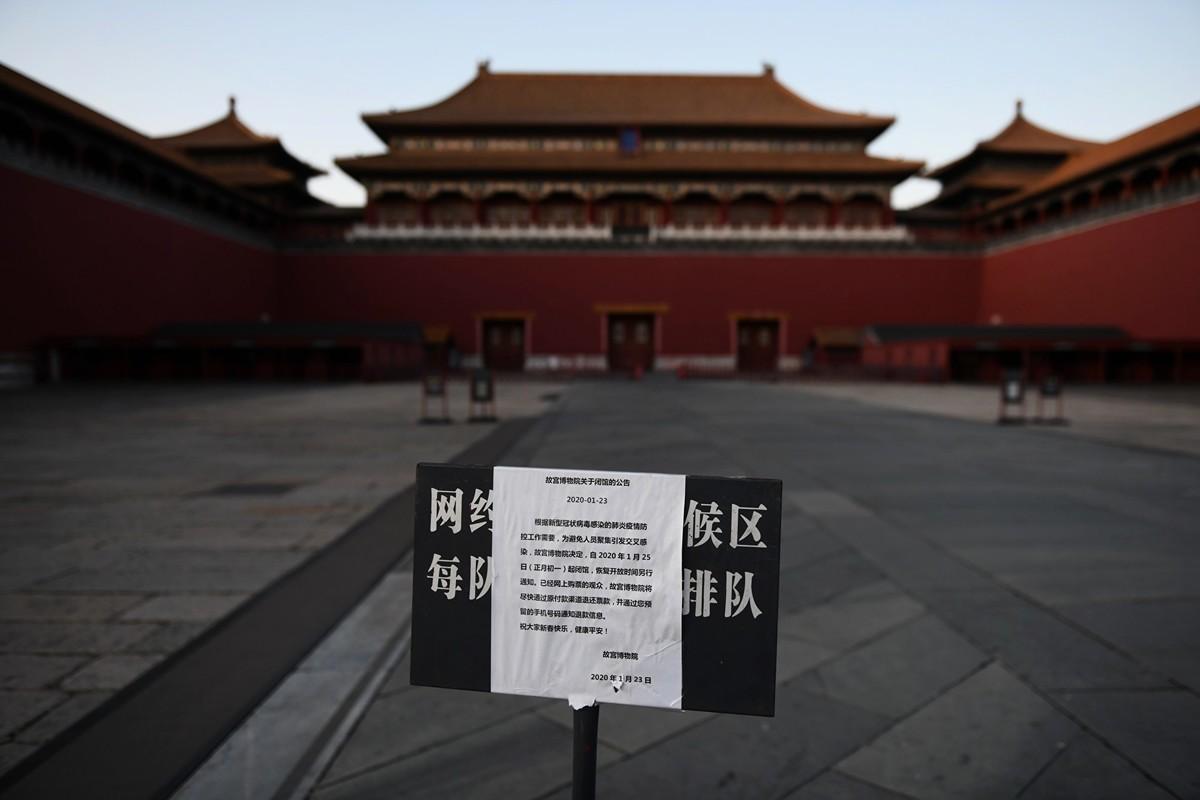 近日,北京首都醫科大學附屬復興醫院出現15人聚集性確診病例。圖為故宮博物院關閉公告。(GREG BAKER / AFP)