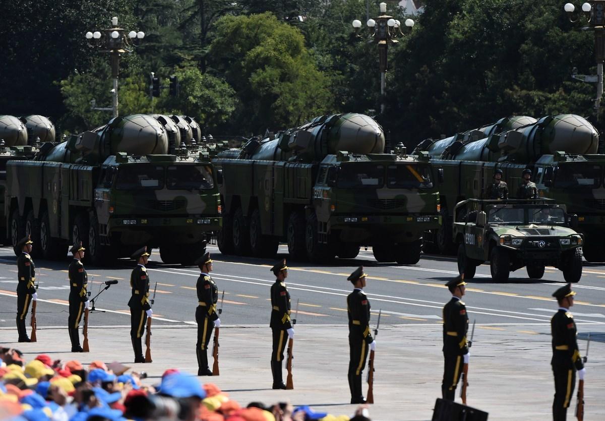 2015年9月3日,載有東風-21D反艦彈道導彈的中國軍車參加在北京舉行的閱兵式。(Photo credit should read GREG BAKER/AFP via Getty Images)