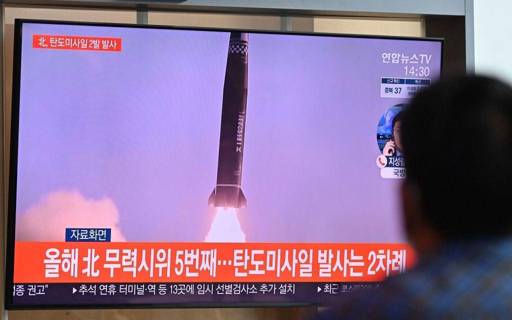 圖為2021年9月15日,一名男子在首爾的一個火車站觀看北韓試射導彈。(JUNG YEON-JE/AFP via Getty Images)