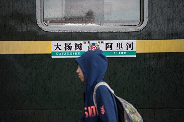 中共內蒙古政府教育廳發文,從9月1日新學期開始,所有中、小學開始接受漢語《語文》教材。中共此舉被指是實行民族文化滅絕政策。圖為內蒙古的火車,只有漢字及拼音,未附有蒙文。(Tao Zhang/Getty Images)