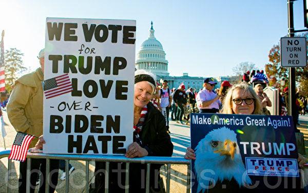 2020年11月14日,在華盛頓DC,參加制止竊選(Stop the Steal)大遊行和集會的民眾舉展板支持特朗普總統。(李莎/大紀元)