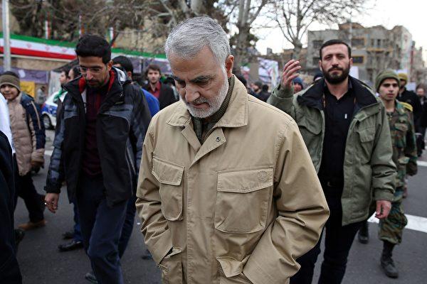 被美軍無人機擊斃的伊朗二號人物蘇萊曼尼(Qassim Soleimani)將軍的真實身份是恐怖組織頭子。圖為蘇萊曼尼2016年在伊朗境內出席一次公開活動照。(STR/AFP via Getty Images)