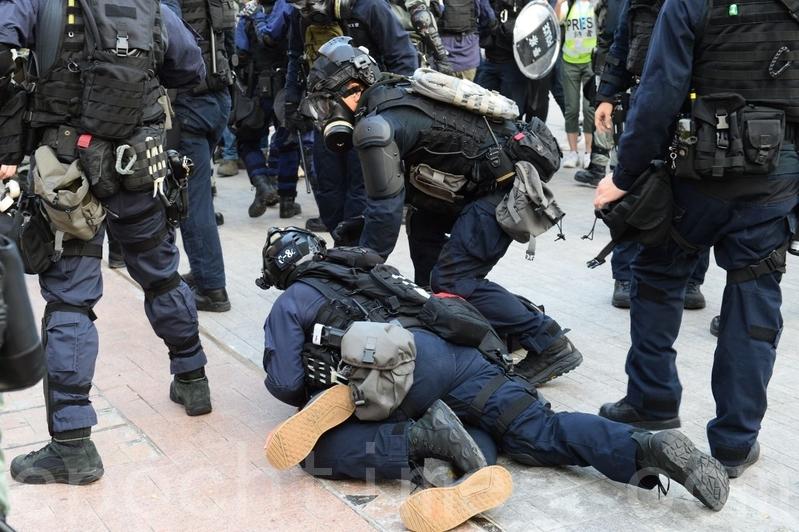 意大利國會外交委員會12月3日通過一份聲援香港抗議的決議案,要求調查香港警察濫用武力情況,釋放抗爭民眾。圖為2019年12月1日,港人發起遊行集會,港警抓人。(宋碧龍/大紀元)