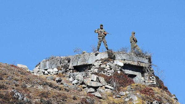 2012年10月21日,在印度阿魯納恰爾邦(Arunachal Pradesh),印度軍人在中印邊界的棒山口(Bumla Pass)保持警惕。(BIJU BORO/AFP via Getty Images)
