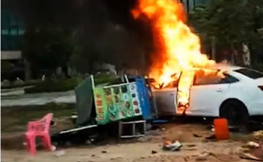 惠州一轎車撞路邊攤檔後起火 致6死13傷