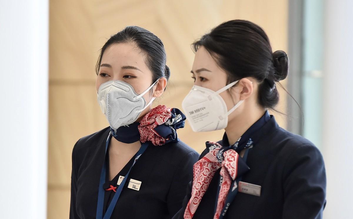 中共肺炎(俗稱武漢肺炎、新冠肺炎)疫情於去年12月被發現後遭當局隱瞞。1月13日起,疫情蔓延到泰國、日本及南韓等國,1月21日波及美國西雅圖。圖為1月25日東方航空公司的機組人員從上海抵達悉尼機場。(AFP/Getty Images)
