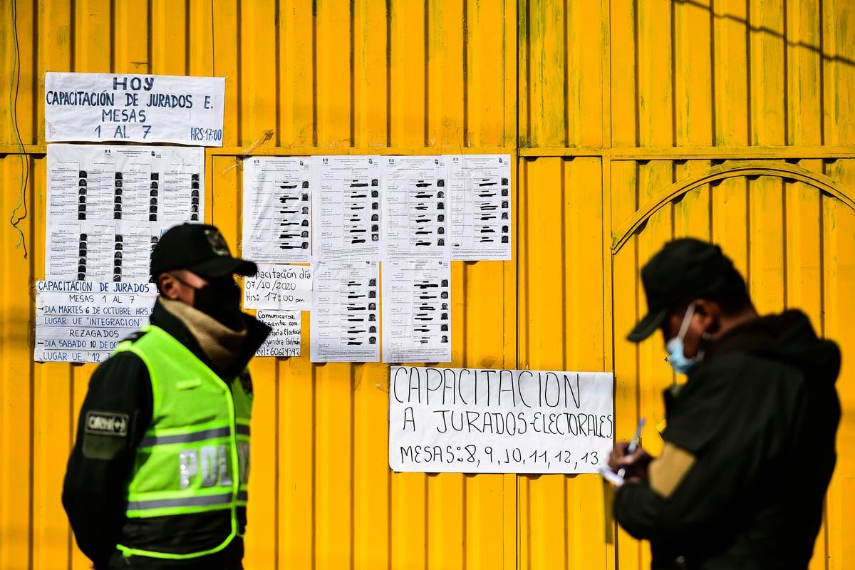 玻利維亞警察在一個投票點看守。(Ronaldo SCHEMIDT/AFP)