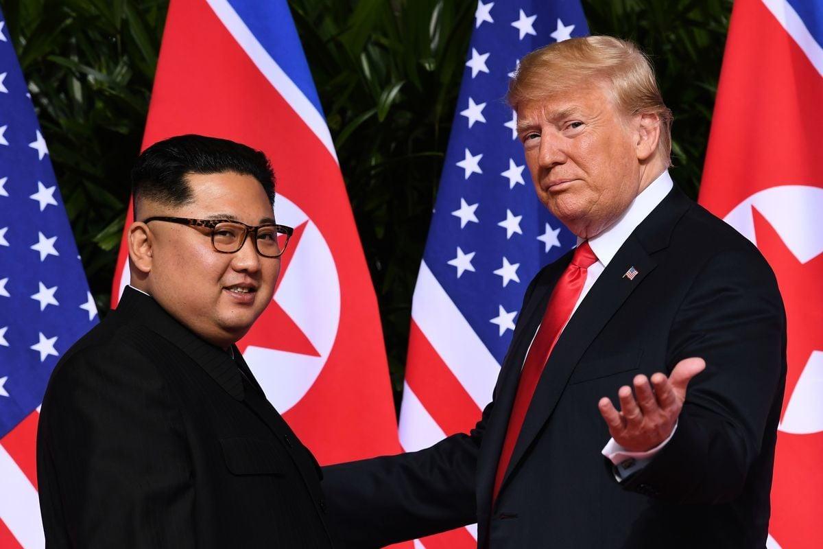 圖為特朗普與金正恩今年二月份在越南河內合照。(Saul Loeb/AFP/Getty Images)