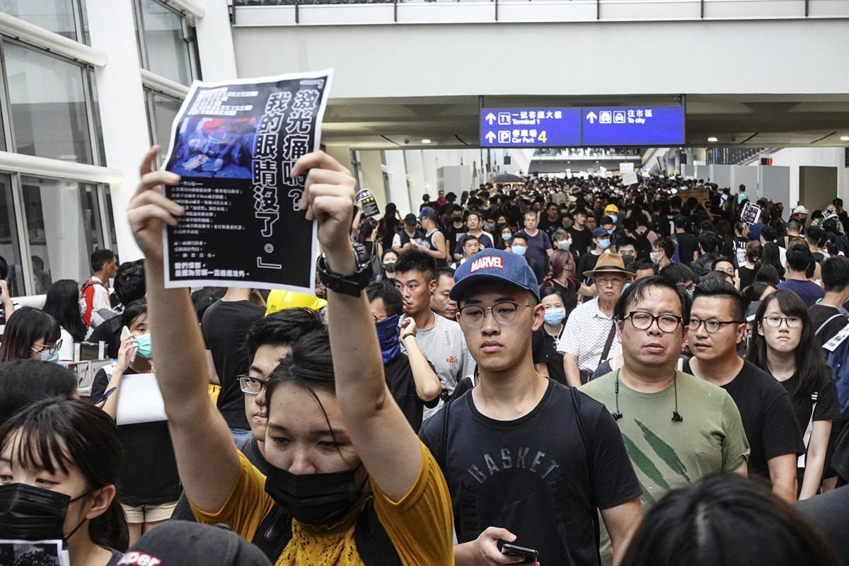 2019年8月12日,有過萬市民響應網上號召,逼爆香港國際機場,希望就警方濫用暴力的情況喚起國際關注。(余鋼/大紀元)
