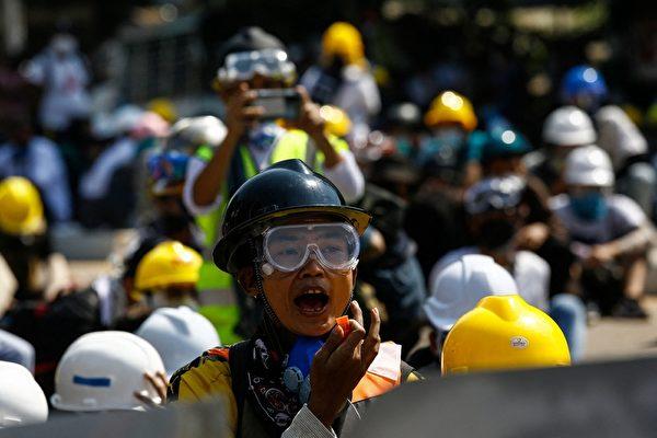 2021年3月8日,仰光民眾響應全國大罷工,抗議軍方的所為。(STR/AFP via Getty Images)
