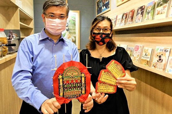 力挺台灣醫護,香港護理師Queenine(右)與香港工作室共同製作香港傳統花牌200面,贈與台北25家醫院、診所。(黃玉燕/大紀元)