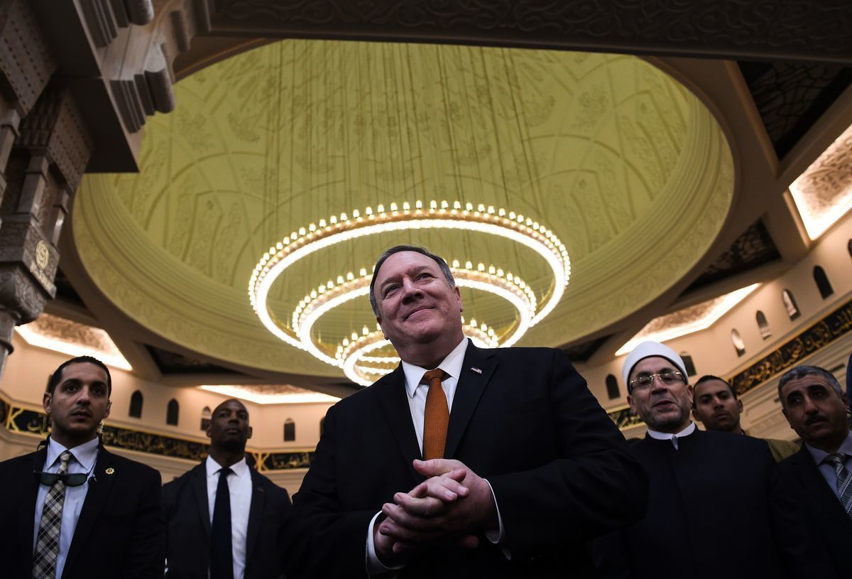 2019年1月10日,美國國務卿蓬佩奧(Mike Pompeo)在開羅以東45公里(28哩)的埃及新行政首都新建的Al-Fattah Al-Alim清真寺參觀。(ANDREW CABALLERO-REYNOLDS / AFP / Getty Images)