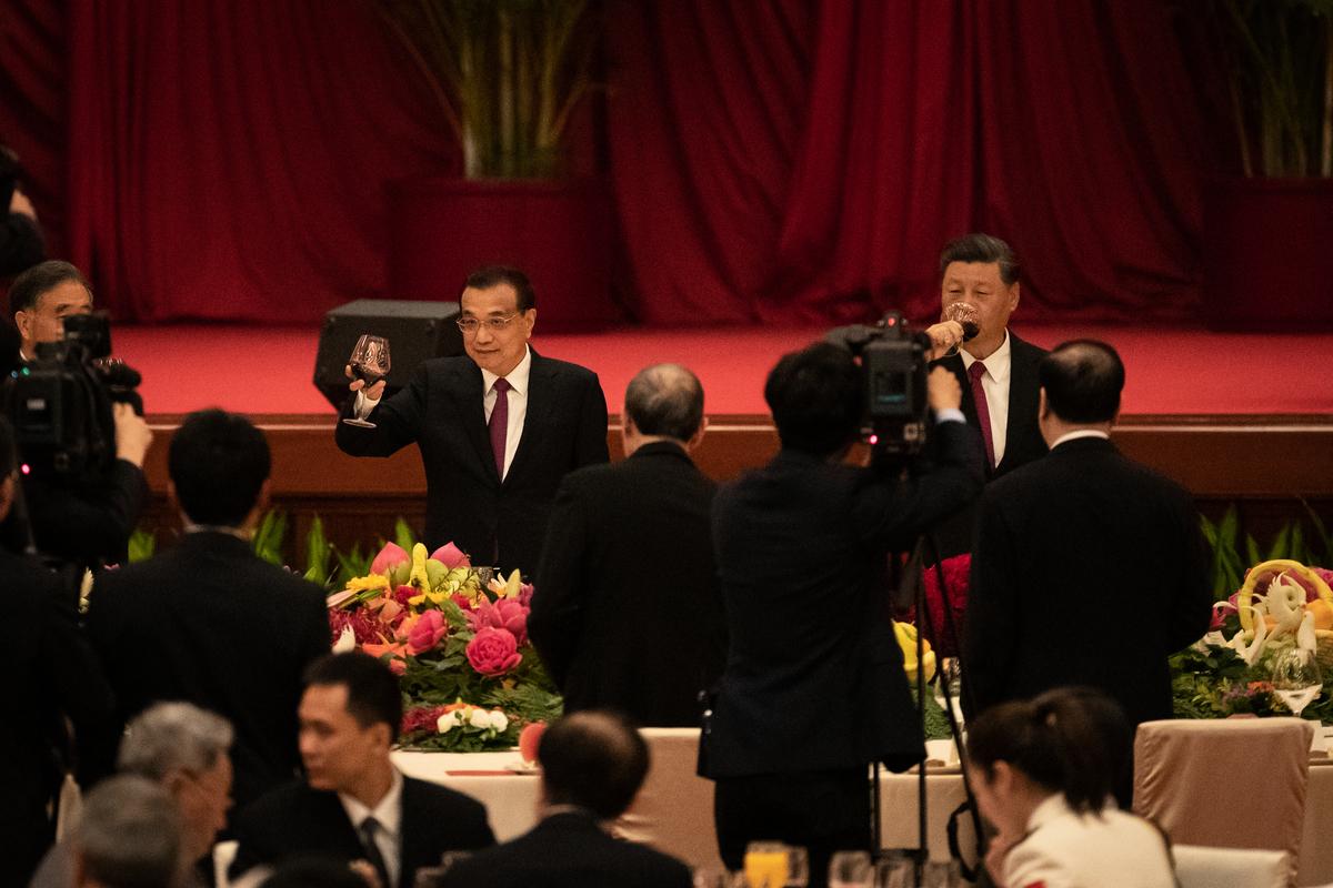 2020年9月30日,李克強(中間舉杯者)和習近平(右側正在飲酒者)在國慶節招待會上。(Andrea Verdelli/Getty Images)