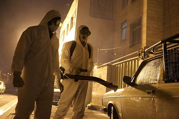 伊朗武漢肺炎疫情加劇,當局2020年3月15日宣佈,單日新增病例超過1200例。11日伊朗消防員在做武漢新冠病毒消毒工作。(ATTA KENARE/AFP)