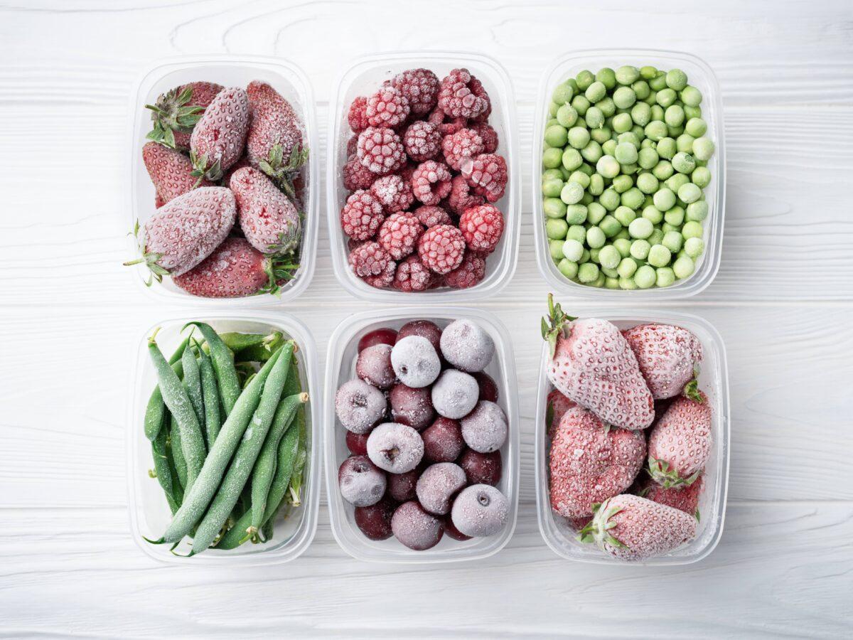 冷凍水果和蔬菜可能比購買反季節新鮮蔬果的成本要低。(SerPhoto/Shutterstock)