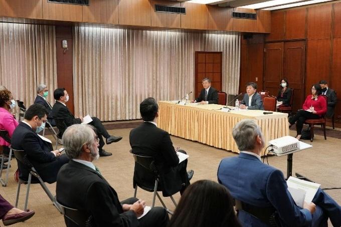 中華民國外交部與衛生福利部為駐台使節及代表舉辦台灣防疫現況簡報會。(外交部提供)