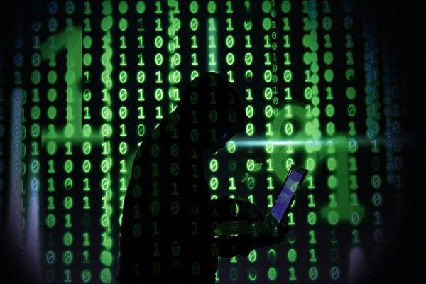 微軟公司的Outlook電郵軟件受到疑似中國黑客的網絡攻擊,已導致數萬客戶受影響。圖為黑客示意圖。(ROSLAN RAHMAN/AFP/Getty Images)