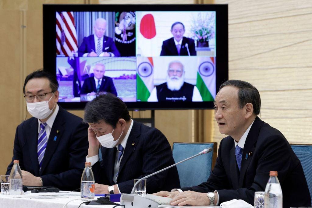 2021年3月12日,日本首相菅義偉(右)參加美、日、印、澳四方首腦影片會談。按計劃,4月15日-18日,菅義偉正式訪問美國,成為與美國總統拜登面對面會談的首位外國元首。(Kiyoshi Ota/POOL/AFP via Getty Images)
