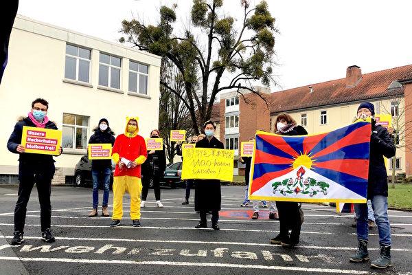2020年12月10日國際人權日,德國自民黨青年社團哥廷根分部成員在孔子學院前抗議,譴責孔院干涉哥廷根大學的學術自由,要求關閉孔院。(Veronika Muller/大紀元)