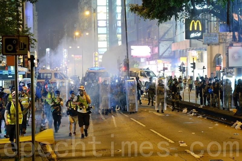 2019年8月3日,香港旺角再遊行結束後,警方向不願離去的民眾發射催淚彈。(宋碧龍/大紀元)